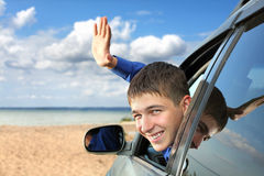 Νεαρός άνδρας σε ένα αυτοκίνητο Στοκ φωτογραφίες με δικαίωμα ελεύθερης χρήσης