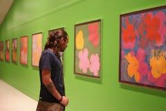 Νεαρός άνδρας στην έκθεση ζωγραφικής Στοκ Φωτογραφία