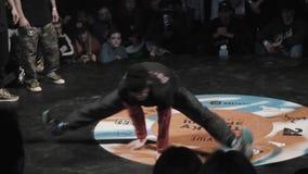 Νεαρός άνδρας στην αθλητική σκοτεινή εξάρτηση και τα μαύρα breakdances ΚΑΠ δυναμικά φιλμ μικρού μήκους