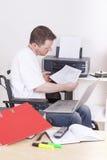 Νεαρός άνδρας στην αναπηρική καρέκλα στην εργασία στοκ φωτογραφία με δικαίωμα ελεύθερης χρήσης