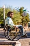 Νεαρός άνδρας στην αναπηρική καρέκλα στη συγκράτηση πόλεων στοκ φωτογραφία