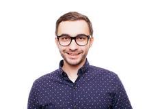 Νεαρός άνδρας στο άσπρο πουκάμισο και γέλιο γυαλιών που απομονώνεται ευτυχώς στο άσπρο υπόβαθρο Στοκ εικόνα με δικαίωμα ελεύθερης χρήσης