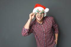 Νεαρός άνδρας στο καπέλο Χριστουγέννων Στοκ Εικόνες
