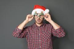Νεαρός άνδρας στο καπέλο Χριστουγέννων Στοκ Φωτογραφία