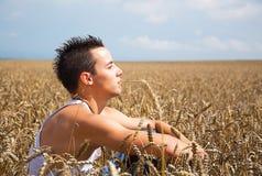 Νεαρός άνδρας στο πεδίο. στοκ φωτογραφία