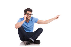 Νεαρός άνδρας στο τηλέφωνο, υπόδειξη Στοκ φωτογραφία με δικαίωμα ελεύθερης χρήσης
