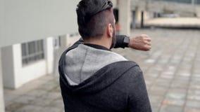 Νεαρός άνδρας στο χρόνο προσοχής περιστασιακής ένδυσης στην οδό φιλμ μικρού μήκους
