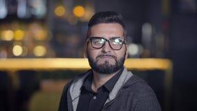 Νεαρός άνδρας eyeglasses απόθεμα βίντεο