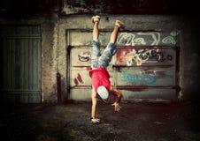 Νεαρός άνδρας handstands, grunge Στοκ φωτογραφία με δικαίωμα ελεύθερης χρήσης