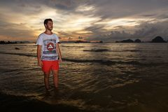 Νεαρός άνδρας posses στην παραλία AO Nang, Krabi, Ταϊλάνδη Στοκ Φωτογραφία