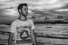 Νεαρός άνδρας posses στην παραλία AO Nang, Krabi, Ταϊλάνδη Στοκ Εικόνες