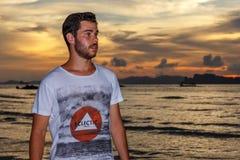 Νεαρός άνδρας posses στην παραλία AO Nang, Krabi, Ταϊλάνδη Στοκ εικόνα με δικαίωμα ελεύθερης χρήσης