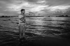 Νεαρός άνδρας posses στην παραλία AO Nang, Krabi, Ταϊλάνδη Στοκ Εικόνα