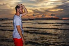Νεαρός άνδρας posses στην παραλία AO Nang, Krabi, Ταϊλάνδη Στοκ φωτογραφία με δικαίωμα ελεύθερης χρήσης