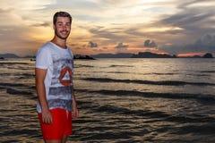 Νεαρός άνδρας posses στην παραλία AO Nang, Krabi, Ταϊλάνδη Στοκ φωτογραφίες με δικαίωμα ελεύθερης χρήσης