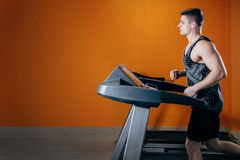 Νεαρός άνδρας treadmill Στοκ εικόνες με δικαίωμα ελεύθερης χρήσης