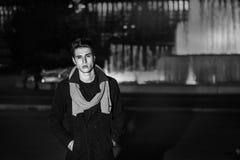 Νεαρός άνδρας έξω από το κάθισμα δίπλα στη μεγάλη πηγή Στοκ εικόνα με δικαίωμα ελεύθερης χρήσης