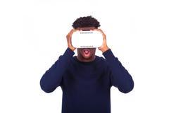 Νεαρός άνδρας αφροαμερικάνων που φορά vr την κάσκα Ov εικονικής πραγματικότητας Στοκ φωτογραφίες με δικαίωμα ελεύθερης χρήσης