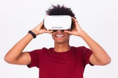 Νεαρός άνδρας αφροαμερικάνων που φορά vr την κάσκα Ov εικονικής πραγματικότητας Στοκ Εικόνα