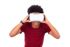 Νεαρός άνδρας αφροαμερικάνων που φορά vr την κάσκα Ov εικονικής πραγματικότητας Στοκ εικόνα με δικαίωμα ελεύθερης χρήσης