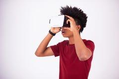 Νεαρός άνδρας αφροαμερικάνων που φορά vr την κάσκα Ov εικονικής πραγματικότητας Στοκ Εικόνες