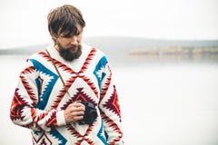 Νεαρός άνδρας γενειοφόρος με τον αναδρομικό τρόπο ζωής ταξιδιού μόδας καμερών φωτογραφιών Στοκ Εικόνες