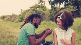 Νεαρός άνδρας για να προτείνει περίπου στη φίλη απόθεμα βίντεο