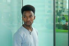 Νεαρός άνδρας είκοσι αντανακλάσεις πόλεων πορτρέτου στο παράθυρο γυαλιού Στοκ εικόνα με δικαίωμα ελεύθερης χρήσης