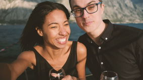Νεαρός άνδρας και γυναίκα που κάνουν χαρωπά selfie στο σκάφος σε υπαίθριο φιλμ μικρού μήκους