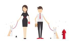 Νεαρός άνδρας και γυναίκα που περπατούν ένα σκυλί Στοκ φωτογραφία με δικαίωμα ελεύθερης χρήσης