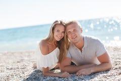 Νεαρός άνδρας και γυναίκα στην παραλία το καλοκαίρι στοκ φωτογραφία