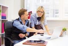 Νεαρός άνδρας και γυναίκες συνάδελφοι που λειτουργούν από κοινού Στοκ Φωτογραφία
