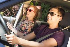 Νεαρός άνδρας και μια γυναίκα σε ένα κάθισμα επιβατών στο αυτοκίνητο Στοκ Εικόνες