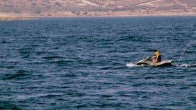Νεαρός άνδρας και το αεριωθούμενος-σκι του Μάλτα απόθεμα βίντεο