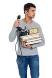 Νεαρός άνδρας με έναν σωρό των βιβλίων στα χέρια Στοκ φωτογραφία με δικαίωμα ελεύθερης χρήσης