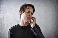 Νεαρός άνδρας με ένα βλέμμα του κακού Στοκ φωτογραφία με δικαίωμα ελεύθερης χρήσης