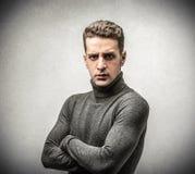 Νεαρός άνδρας με ένα σοβαρό expressio Στοκ εικόνα με δικαίωμα ελεύθερης χρήσης