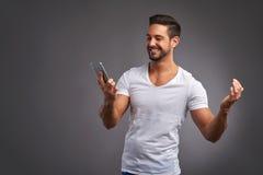 Νεαρός άνδρας με ένα smartphone Στοκ Εικόνες