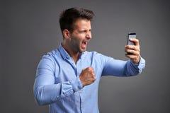 Νεαρός άνδρας με ένα smartphone Στοκ φωτογραφία με δικαίωμα ελεύθερης χρήσης