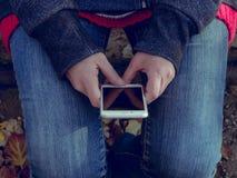 Νεαρός άνδρας με μια κινητή συσκευή Στοκ Φωτογραφίες