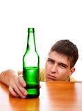 Νεαρός άνδρας με μια μπύρα Στοκ εικόνα με δικαίωμα ελεύθερης χρήσης