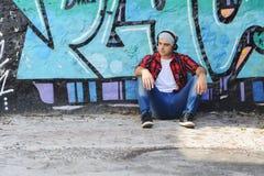 Νεαρός άνδρας με τα ακουστικά Στοκ Εικόνα