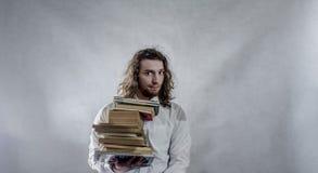 Νεαρός άνδρας με τα βιβλία στοκ φωτογραφίες
