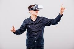 Νεαρός άνδρας με τα γυαλιά εικονικής πραγματικότητας Στοκ Εικόνες