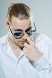 Νεαρός άνδρας με τα γυαλιά ηλίου Στοκ φωτογραφία με δικαίωμα ελεύθερης χρήσης