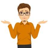 Νεαρός άνδρας με τα γυαλιά στην αμφιβολία που κάνει να απαξιήσει την έκφραση διανυσματική απεικόνιση