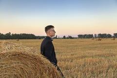 Νεαρός άνδρας με τα γυαλιά στον τομέα Στοκ φωτογραφία με δικαίωμα ελεύθερης χρήσης