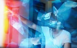 Νεαρός άνδρας με τα γυαλιά VR που παίζει την εικονική πραγματικότητα Στοκ Φωτογραφίες