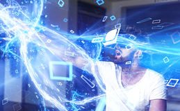 Νεαρός άνδρας με τα γυαλιά VR που παίζει την εικονική πραγματικότητα Στοκ εικόνες με δικαίωμα ελεύθερης χρήσης