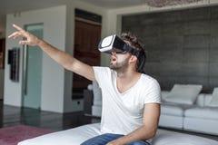 Νεαρός άνδρας με τα γυαλιά VR που παίζει την εικονική πραγματικότητα Στοκ φωτογραφία με δικαίωμα ελεύθερης χρήσης